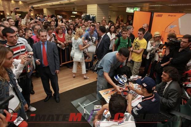 2010-motogp-pedrosa-greets-fans-in-aragon 2
