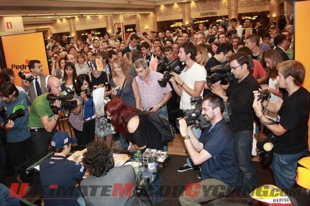 2010-motogp-pedrosa-greets-fans-in-aragon 3