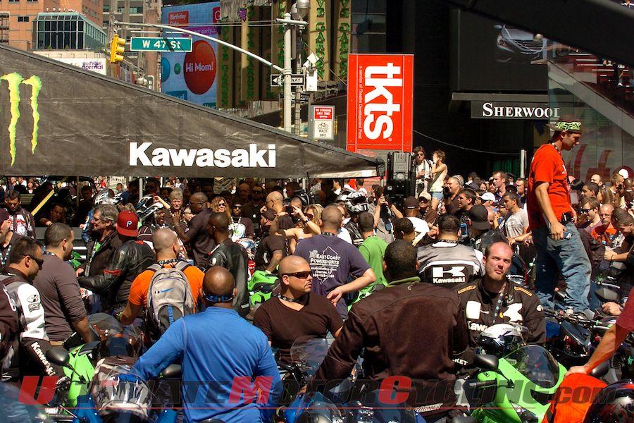 2012-kawasaki-ninjas-invades-times-square 5_0