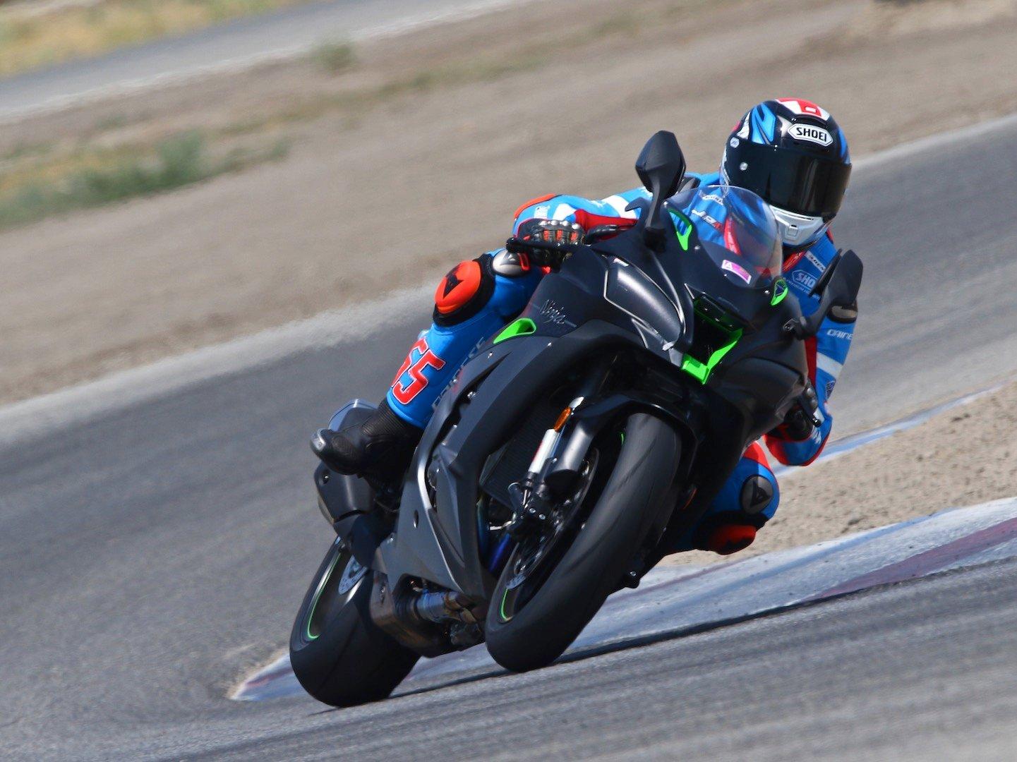 2018 Honda CBR1000RR SP vs. 2018 Kawasaki Ninja ZX-10R Superbike Comparison - Gilbert acceleration Kawasaki